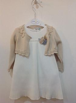 biała sukieneczka z dzianinowym bolerkiem