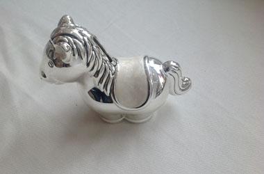 srebrny konik
